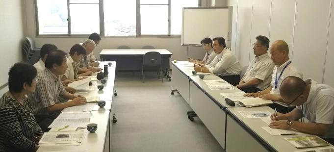 豊郷町役場での伊藤町長(右側中央)との懇談の様子