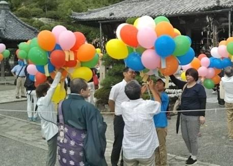 三井寺原爆犠牲者慰霊・世界平和祈願法要に参加、平和への祈りをこめた短冊を大空へ